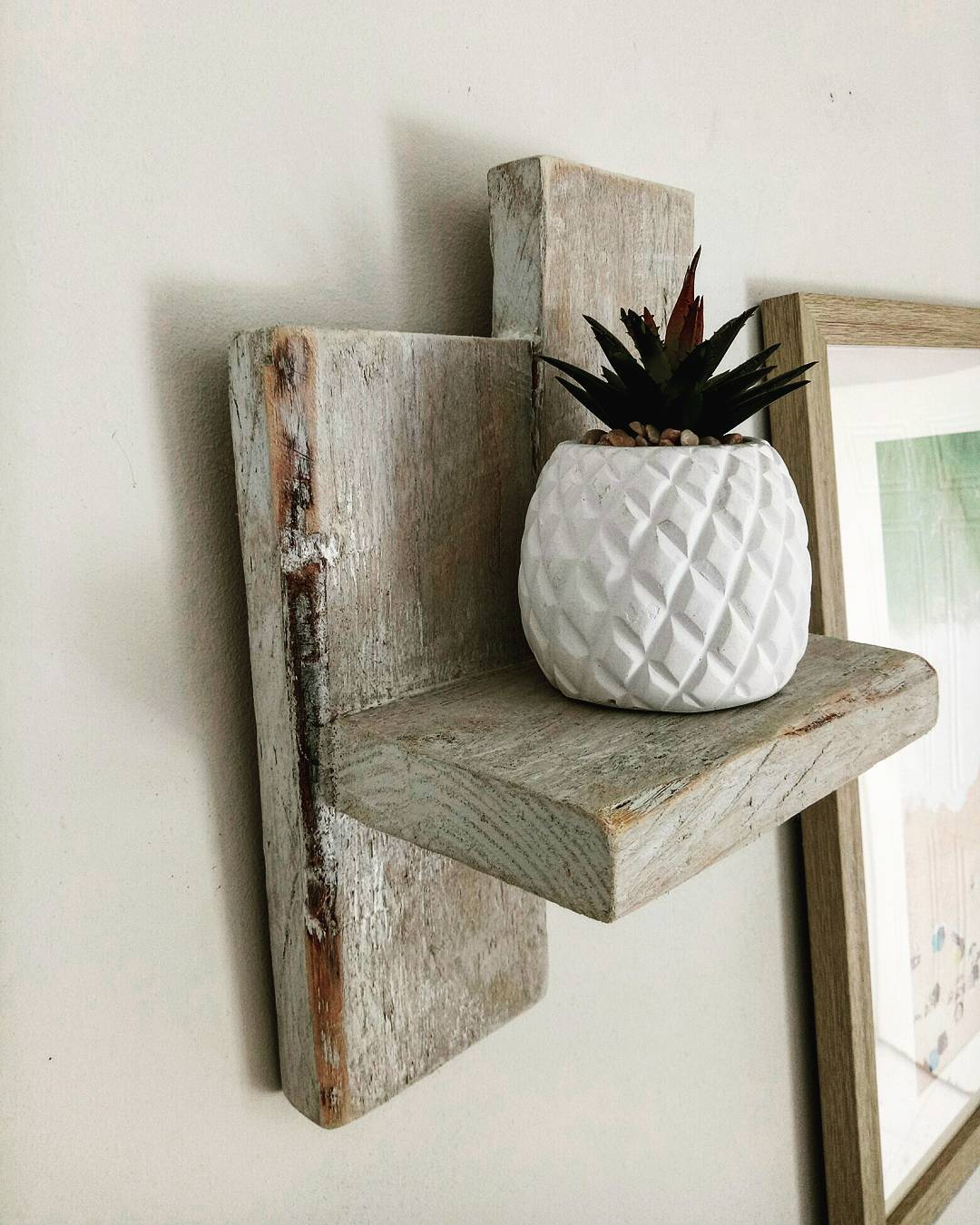 Pallet shelve decor